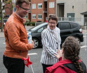 Benny Engelbrecht forklarer kvinden med lys jakke, hvor det er bedst, hun sætter sit valgkryds.