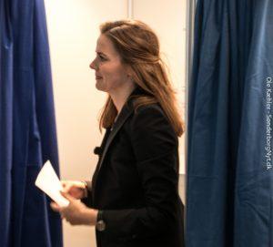 Ellen Trane Nørby på vej til valgurnen med stemmesedlen, en billet til forsat virke på Christiansborg. <div class=