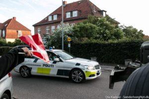 Glad student lader Dannebrog blafre for politiet.