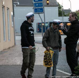 Her får en mand fra Jørgensgaard lov til at prøve, hvordan det er at have studenterhue på.
