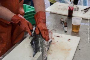 Her gøres fisken klar til køberen.