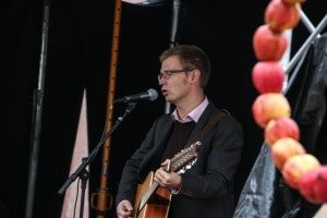 Benny Engelbrecht med guitar.