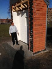 Jacob Bendtsen fra Gråsten Teglværk og en muck-up bygget af virksomhedens CleanTechBlock.