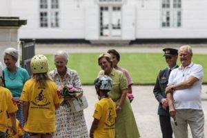 Cykelringriderne har også buketter til Dronningen. Foto: Ole Kæhler