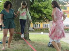 Børn og voksne træner deres balancekunst i pauserne.