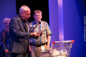 Leif Maibom og Kenneth finder vinderen af et rejsegavekort til Bravo Tour.