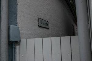 Bredgade er en skulderbred passage mellem to huse i Havbogade.