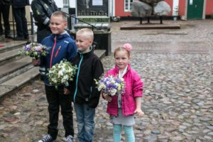 Alexander og Mathias Ensig-Karup fra Augustenborg og Nicoline Elkjær fra Sønderborg overrakte blomsterne. <div class=