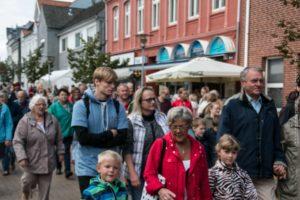 Masser af mennesker på gaden i Gråsten.