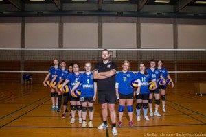 Thomas Bjørn-Lüthi sammen med volleyball pigerne.