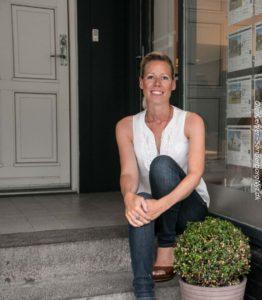 Dorthe Seeberg foran sin forretning, der er meget tæt på de 5 år.