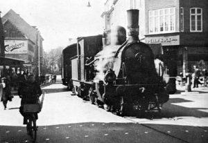 DSB J 14 kæmper sig op gennem Jernbanegade i Sønderborg på vej mod Mommark i 1946. Foto: Jernbanen.dk