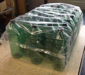 Det er en strikkemaskine, der har pakket flaskerne ind.