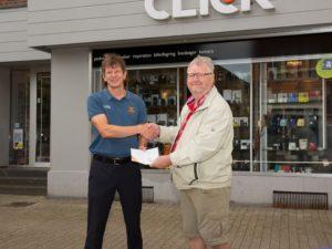 Preben Lund Christensen får overrakt sit gavekort af Click's Christian Petersen (tv).