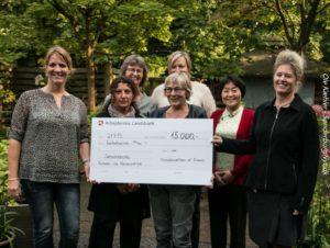 Her får Ruth Malle 15.000 kroner, som skal bruges på såkaldt nødhjælp til nyankomne kvinder og børn.