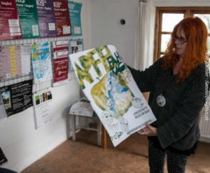 Her viser Karin Baum en af fortidens Æblesejlads-plakater.