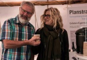 Anders Brandt får en kop kaffe af  Mathiesen.