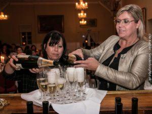 Anette Eg Koch og Anja Cecilie Jacobsen hælder champagne op. <div class=