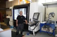 René Abramsen er klar til at fræse med den nye maskine.