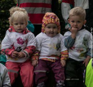 Børnene er klar til at synge med på Æblemand.