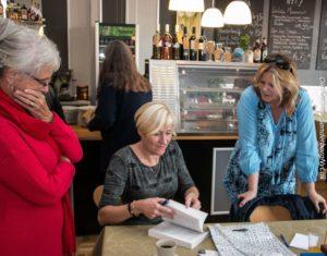 Det er populært, at Pernille Juhl sætter sin autograf i cafegæsternes bøger.