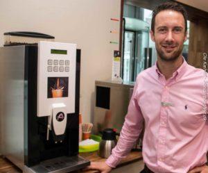 René Nyholm Lassen byder til hver en tid på en kop kaffe.