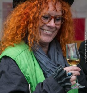 Æbledronning Karin Baum testsmager den aperitif, som den lokale æbleaperitif skal minde om.