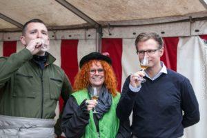 Fleming Voetmann og Benny Engelrecht byder Æbledronningen på lokal Grstenæble-aperitif ved næste Æblefestival.