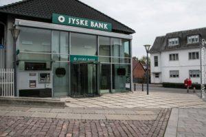 Jyske Bank ligger godt placeret ved siden af Føtex i Perlegade.