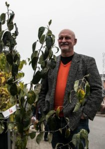 Gråsten Forum kom med en gennemtænkt gave: Et Gråstenæbletræ. <div class=