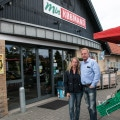 Ægteparret Pickardt foran deres købmandsbutik.