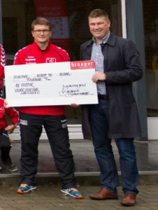 Håndboldformanden får en stor check fra Lokalpuljen i Broager Sparekasse.