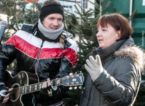Michael Vogensen og Charlotte Riis Engelbrecht aftaler, hvem der synger og hvem er holder tale.