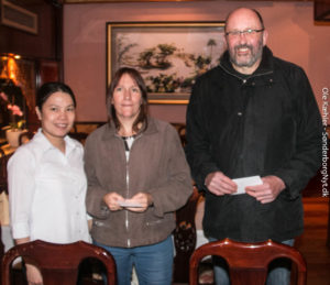 Mongolian Barbecues værtinde tv med de to heldige vindere.