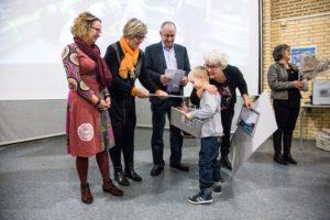 Nina Lorenzens søn, Rasmus, hjalp med at uddele diplomer til børnehaveklasselederne.