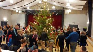 Børn og voksne sammen med julemanden i Kultursalen i Augustenborg. Foto: Privat