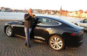 Selvfølgelig kan Per Nielsens nye Tesla trutte, men han nyder at klare det selv.
