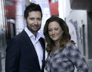 Aftenens værter er Kåre Quist og Stephanie Surrugue.