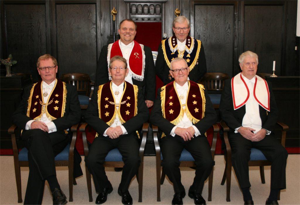 De fire modtagere af 40-års hæderstegn sammen med vores overmester Heino Edelskov og Distriktsdeputeret Storsire Rubin Dyreborg Nielsen, distrikt VII.