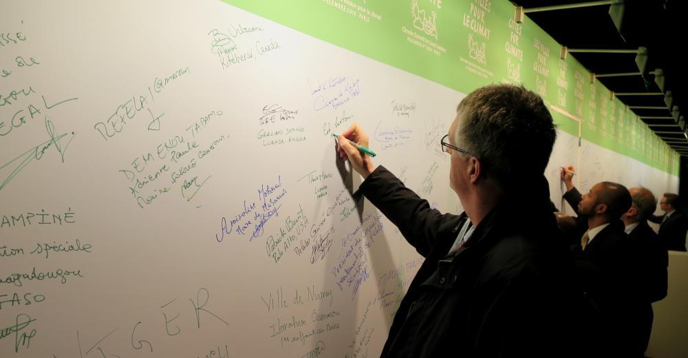 Erik_Lauritzen_COP21_underskrift