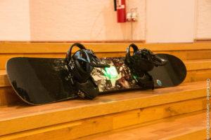 Snowboard med aftagelig gps.