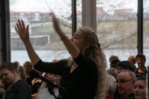 Dirigent Mette Rasmussen har haft styr på korets toner siden 1997.