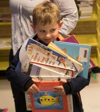 Der blev slæbt massevis af bøger med hjem fra Dybbøl Bibliotek idag.