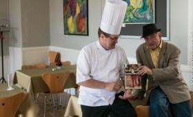Klaus Græns og Allan Breckling snakke om en bogcafé-menu.