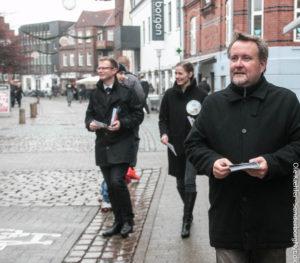 Politikere går på gaden for at løfte stemmeprocenten.