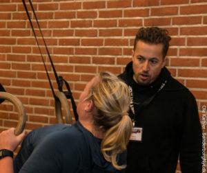 Lars Boes Jørgensen hepper en af pigerne gennem de sidste træk.