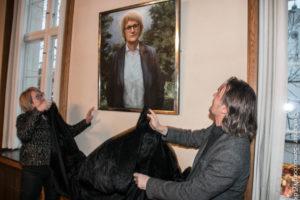 Aase Nyegaard og Peter Martensen afslører maleriet.