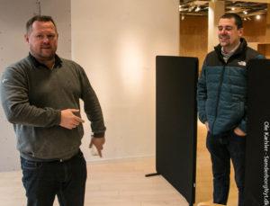 Jens Bachmann og Karsten Justesen står og snakker om, hvor dejligt det bliver, når de flytter igen. <div class=