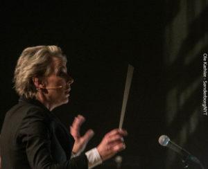 Søs Egelind fik vist, det ikke alene er på tv, hjun kan styre et orkester.