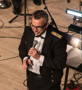 John Frederiksen dirigeredeSMUK-musikerne. <div class=